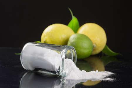 detersivi: bicarbonato di sodio bicarbonato di sodio medicinali e usi domestici su bachground nero