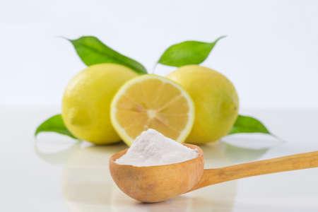 zuiveringszout natriumbicarbonaat en citroen voor vele toepassingen Stockfoto