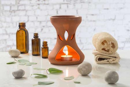 Bougies d'aromathérapie brûlant et serviettes de bain pour une détente Banque d'images