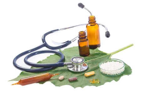 Alternatieve geneeskunde kruiden en stethoscoop op een witte achtergrond