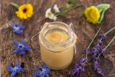 cruda pappa reale organico in una piccola bottiglia sulla tavola di legno s