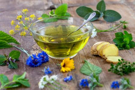 Różnorodni wysuszeni łąkowi ziele i ziołowa herbata na starym drewnianym stole. świeże rośliny lecznicze i w wiązce. Przygotowywanie roślin leczniczych do fitoterapii i promocji zdrowia