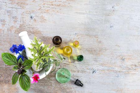 Keramischer Mörser mit Kräutern und frischen Heilpflanzen auf altem weißem hölzernem tboard. Vorbereitung von Heilpflanzen für Phytotherapie und Gesundheit Schönheit Standard-Bild - 87957501