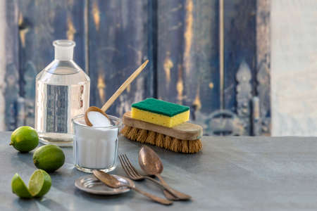 나무 테이블에 소다, 레몬, 천을 베이킹 에코 - 친화적 인 천연 청소기 부엌 배경,