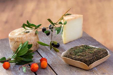Corsicaanse traditionele diverse geitkaas met arbitysbes op houten achtergrond