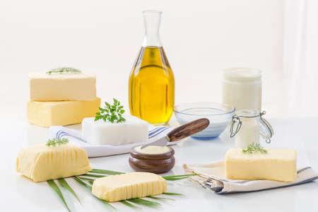음식 지방 및 오일 : 흰색 배경에 낙농 제품 및 석유와 동물 지방의 집합 스톡 콘텐츠