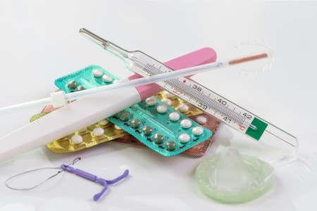 Verschillende soorten anticonceptie methode op een witte achtergrond, gynaecologie symbool concept