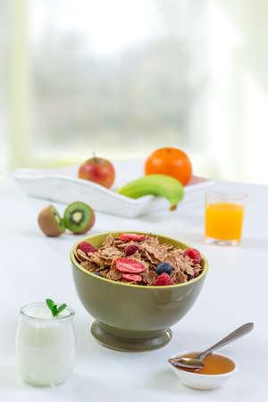 Gezond ontbijt met natuurlijke yoghurt, muesli en bessen op witte houten achtergrond, close-up,