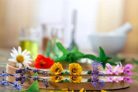 Huiles essentielles pour le traitement d'aromathérapie avec des herbes fraîches sur fond blanc de mortier. Beauté, baume.
