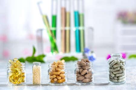 Píldoras de medicina herbaria con hierbas naturales secas Concepto de medicina herbaria y suplementos dietéticos