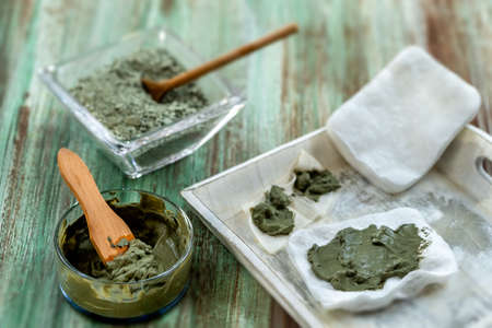 Clay Spa and medical concept: Clay Poultice Use It to Relieve Inflammation,for abscess,cyst,arthritis,Skincare benefiton green background Imagens