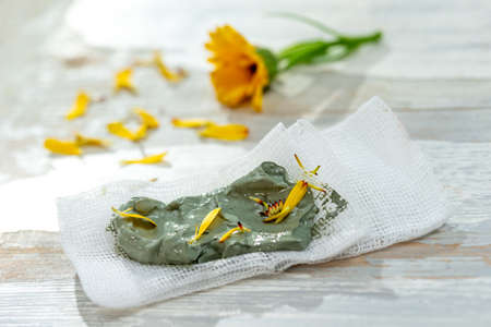 Clay Spa and medical concept: Clay Poultice Use It to Relieve Inflammation, for abscess, cyst, arthritis, Skincare benefit. Massage, alternative therapy Imagens