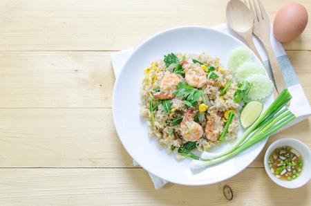 arroz: Foodm tailandesa disparó arroz con camarones y huevos Foto de archivo