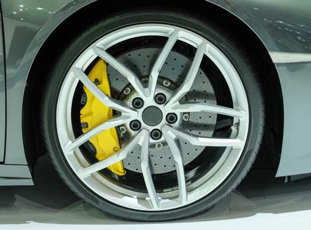 Super car disc brake. Car wheels. steel alloy car disks background 免版税图像