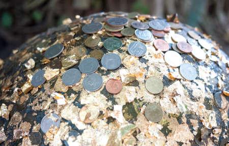 p�rim�tre: Pierre rond � billes, g�n�ralement enfouis dans le sol, comme le marqueur p�rim�tre autour de la chapelle du temple bouddhiste