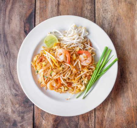 comida gourment: Pad Thai, fideos fritos de arroz, es uno de plato nacional de Tailandia