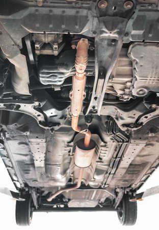 oxidado: Sistema de escape de los coches est�ndar en color naranja. Disparo de debajo del coche.