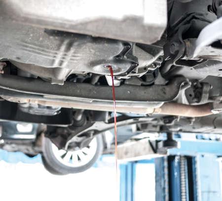 Drene el l�quido de la transmisi�n se utiliza antes de a�adir el nuevo como para el buen mantenimiento del coche
