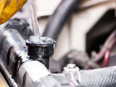 radiador: Llene de agua en el radiador del coche para mantener la calidad del sistema de enfriamiento y evitar sobrecalentamiento. Editorial