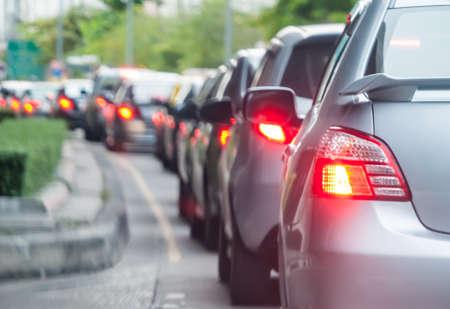 交通: 悪い道路で車のキューです。セレクティブ フォーカス。