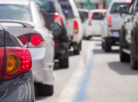 mermelada: Cola de coches en la carretera de tráfico mal. Enfoque selectivo.