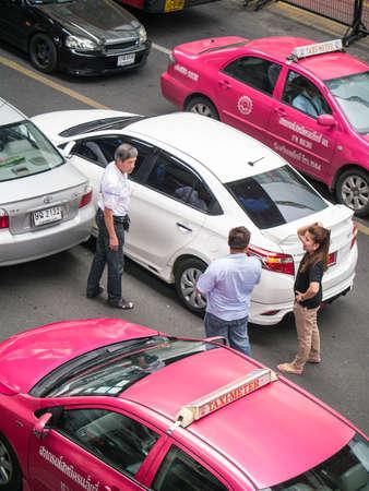 personas discutiendo: BANGKOK, Tailandia - el 07 de mayo 2014: La gente no identificada que discuten sobre el accidente de tr�fico en el centro de la bulliciosa calle