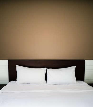 nochebuena: Cama limpia y ordenada en concepto de estancia de placer y buenas noches. Foto de archivo