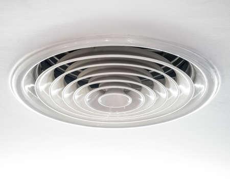 Condotto di ventilazione dell'aria circolare sul soffitto in bianco Archivio Fotografico - 39341548