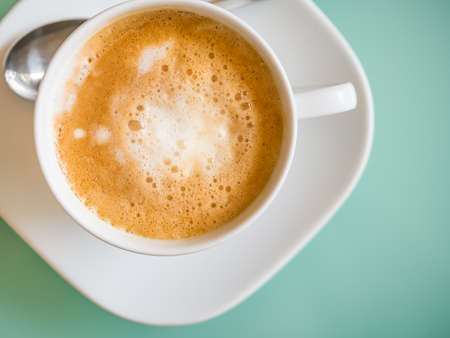 color in: Café latte caliente de la visión superior en el tono de color pastel