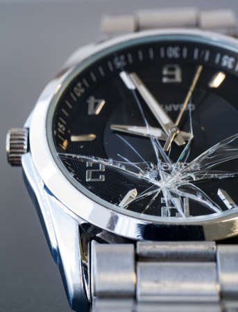 Gebroken roestvrij staal glazen horloge in het concept van falen