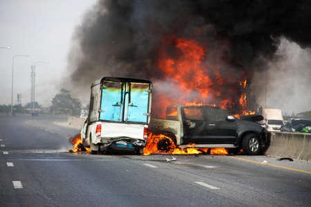 トラック小型トラック車爆発車のクラッシュのキャップし、高速道路の上に火をキャッチ