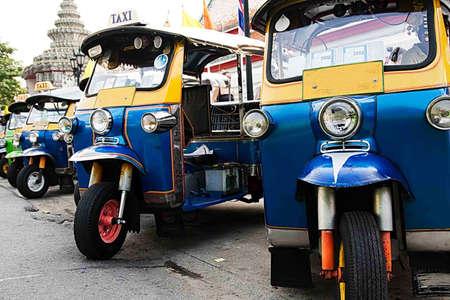two stroke: Tuk tuks se alinearon en un aliado de lado en Bangkok