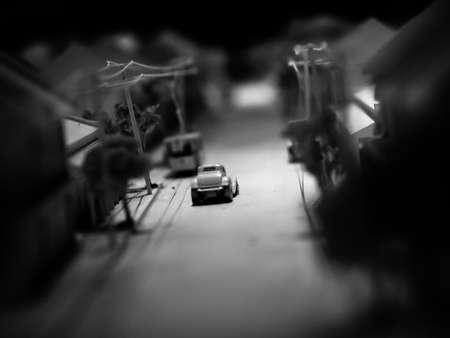 automodel op weg met zwarte en witte baclground