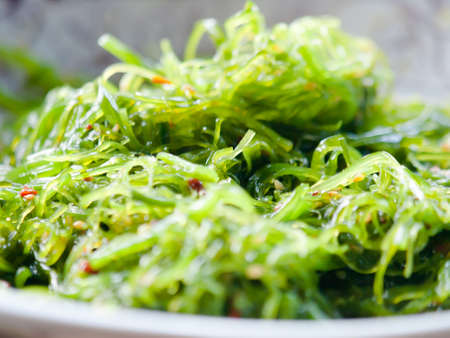 hiyashi wakame of gekruid zeewier salade
