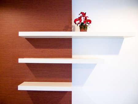 drie planken op de witte en bruine kleur muur