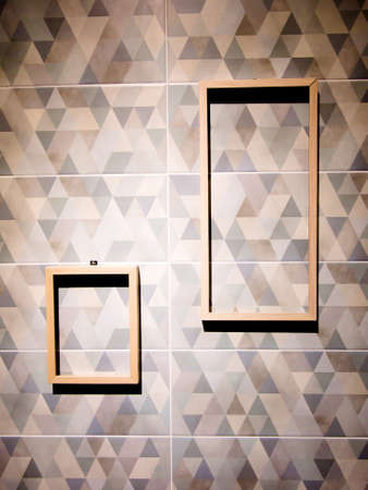 omlijsting op vintage muur met schijnwerpers