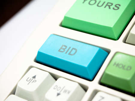 bid: pujar clave bot�n en el teclado de inversi�n Foto de archivo