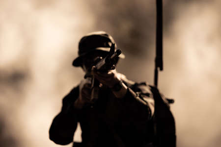 silhouette action soldiers walking hold weapons in jungle Banque d'images