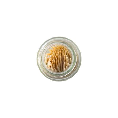 dientes sucios: Palillo de dientes en la botella aislada en el fondo blanco