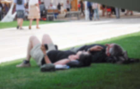persone relax: persone relax nel parco, Milano Expo Italia su sfondo sfocato Archivio Fotografico