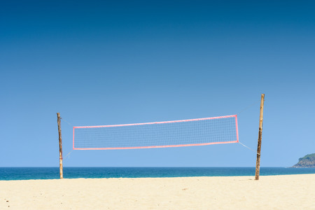 pelota de voley: Volea neta pelota de playa con el cielo azul en día de verano Foto de archivo