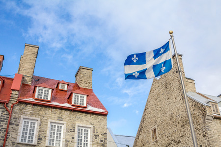 ville: Quebec flag in front of a house of old Quebec City, in the Lower Town (Lesser Town)