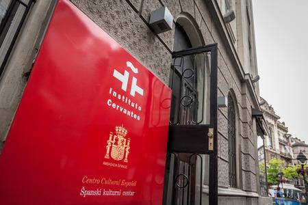 BELGRADO, SERBIA - 7 de julio de 2018: Logotipo del Instituto Cervantes (Instituto Cervantes) en la entrada de la sucursal de Belgrado. El Instituto Cervantes es el Centro Cultural Español oficial