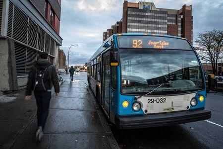MONTRÉAL, CANADA - 6 NOVEMBRE 2018 : logo STM sur l'un de leurs autobus urbains à l'arrêt Jean Talon. Aussi connue sous le nom de Société de transport de Montréal, elle exploite l'un des plus grands réseaux de transport en commun en Amérique Éditoriale
