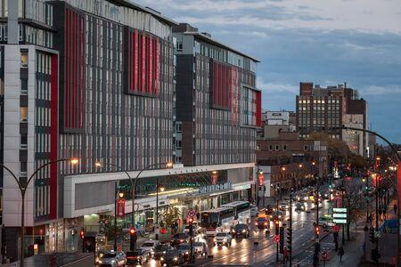 MONTRÉAL, CANADA - 6 NOVEMBRE 2018 : Bâtiment principal de la gare routière de Montréal (gare d'Autobus de Montréal) la nuit sur la rue Berri avec des voitures, des coches et des bus passant devant