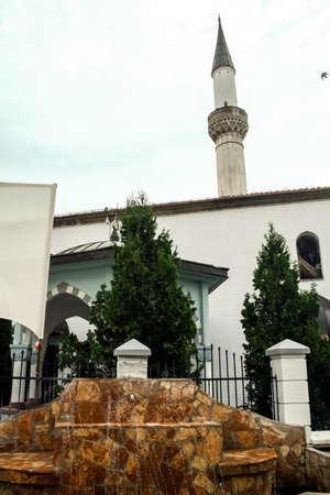 Minaret and fountain of the Murat Pasha Mosque in the old bazaar of Skopje, capital city of North Macedonia. Imagens