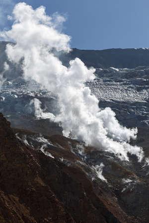 far east: Naturaleza de Kamchatka: fumarola en el cráter del volcán activo Mutnovsky de la península de Kamchatka. Lejano Oriente de Rusia.