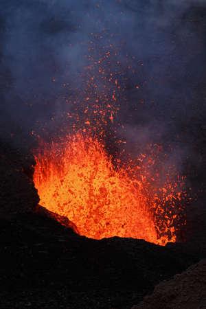 Piękny krajobraz: Erupcja Tołbaczik fontanny wulkan lawa z krateru. Rosja Far East Kamczatka. Zdjęcie Seryjne