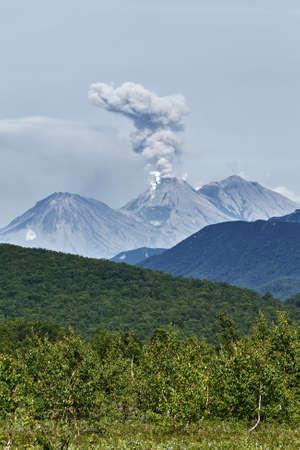 far east: Hermoso paisaje de montaña de verano de la península de Kamchatka: Erupción del volcán activo Zhupanovsky. Lejano Oriente de Rusia.