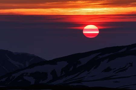 lejos: Hermoso amanecer en las monta�as en la pen�nsula de Kamchatka. Lejano Oriente de Rusia. Foto de archivo